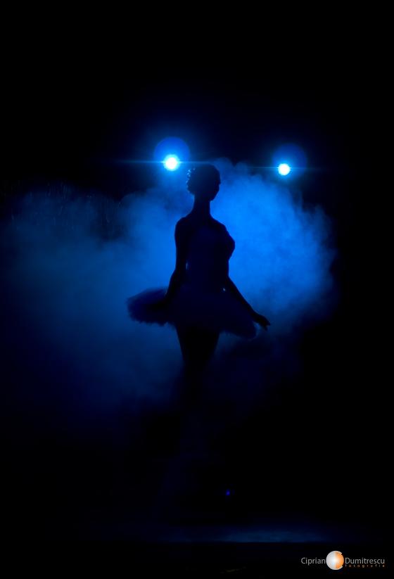 Silueta de balerina in lumina reflectoarelor