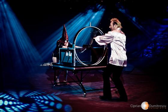 Magician pregatind actul