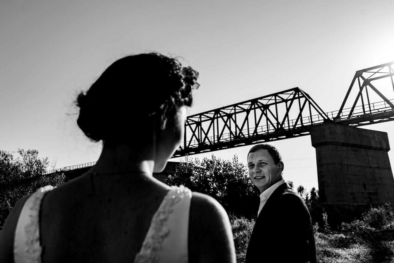 Portret de mire dupa nunta alb-negru