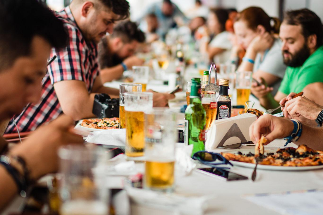 Toata lumea la masa la Weddcamp